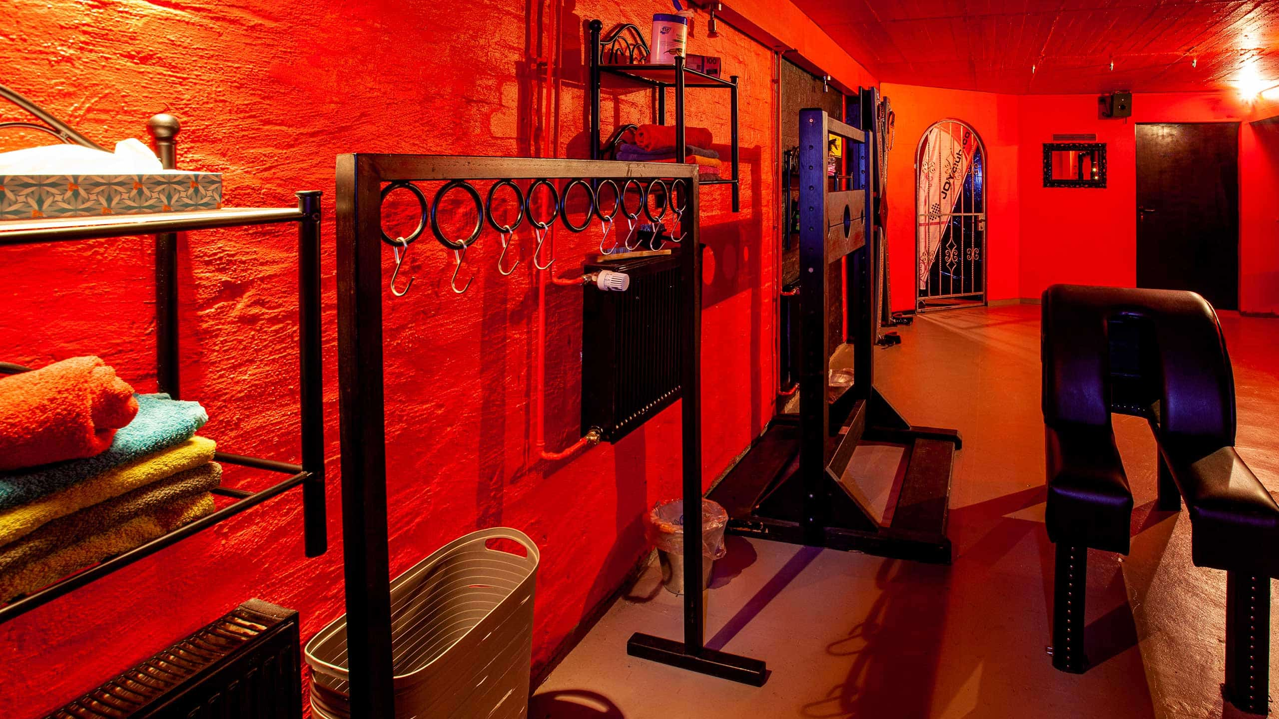 Bar Hemmungslos Hannover BDSM Keller Playroom